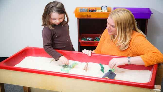 بازی درمانی غیر رهنمودی برای کودکان دارای اتیسم(اوتیسم)