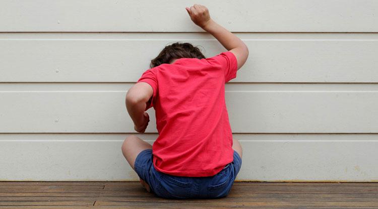 کوبیدن سر در کودکان اتیسم