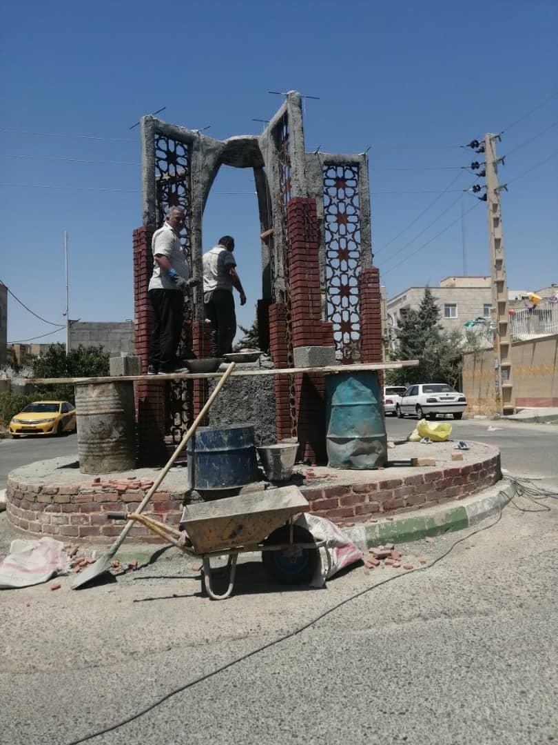 مراحل پایانیِ عملیات احداث میدان پنج تن در انتهای خیابان کوهپایه شهر پرند