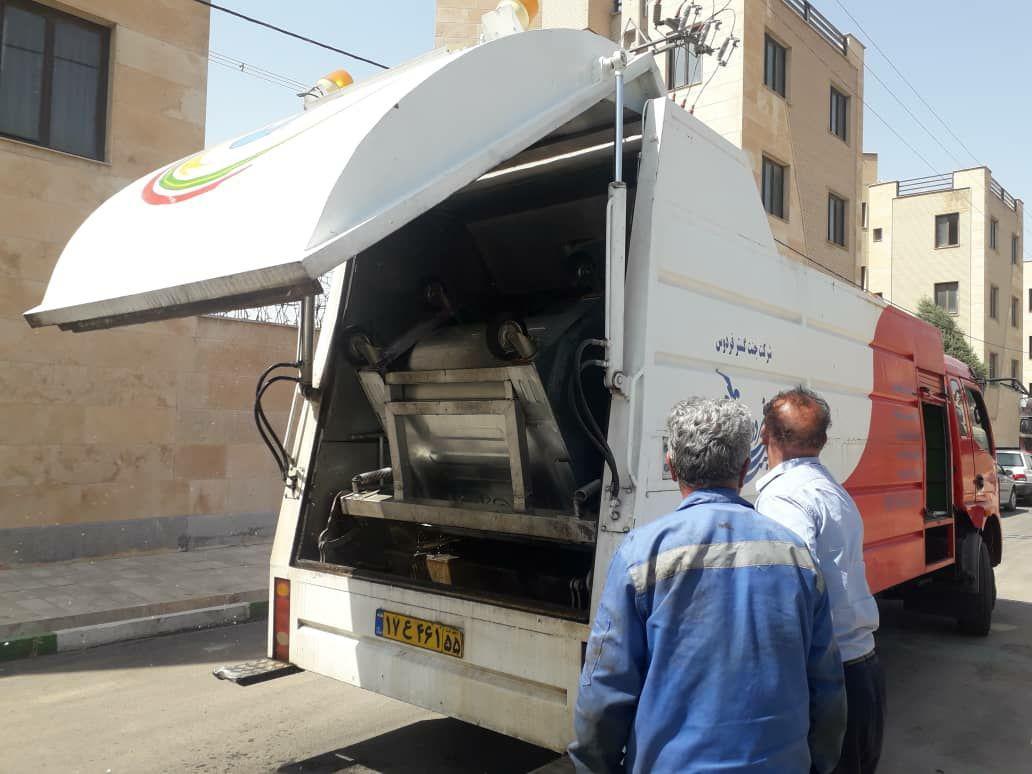 پاکسازی و شستشوی مخازن شهر پرند با استفاده از خودروی مکانیزۀ مخزن شوی زباله