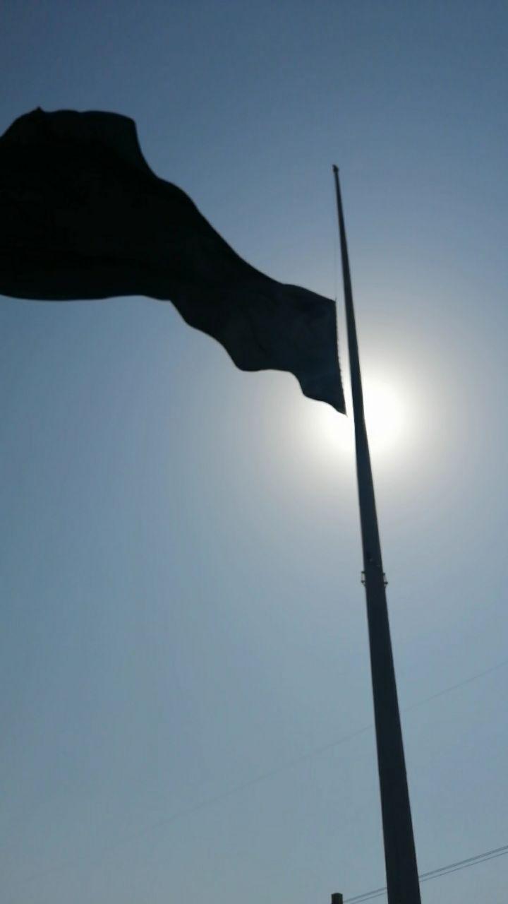 اهتزاز پرچم عزای سید و سالار شهیدان حضرت اباعبدالله الحسین (ع) در برج نوری ورودی شهر پرند