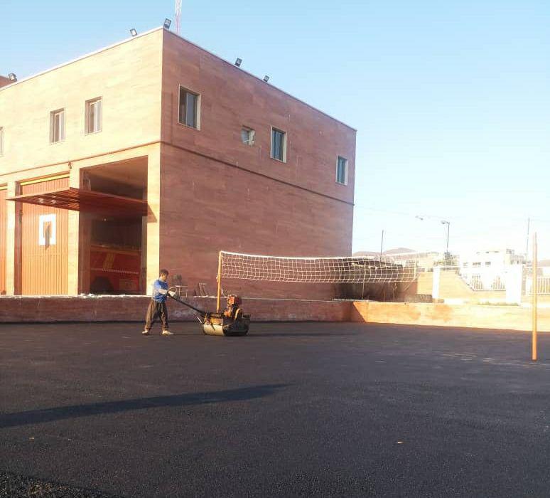 اجرای عملیات آسفالت محوطه ایستگاه شماره یک آتش نشانی شهر پرند