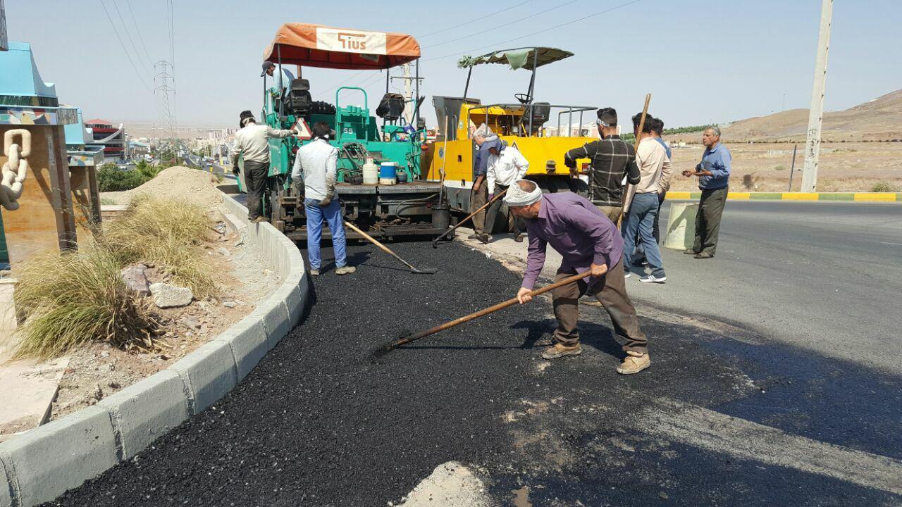 پرند زیر غلطک آسفالت / اجرای آسفالت در پروژه اصلاح هندسی بلوار امام خمینی (ره)
