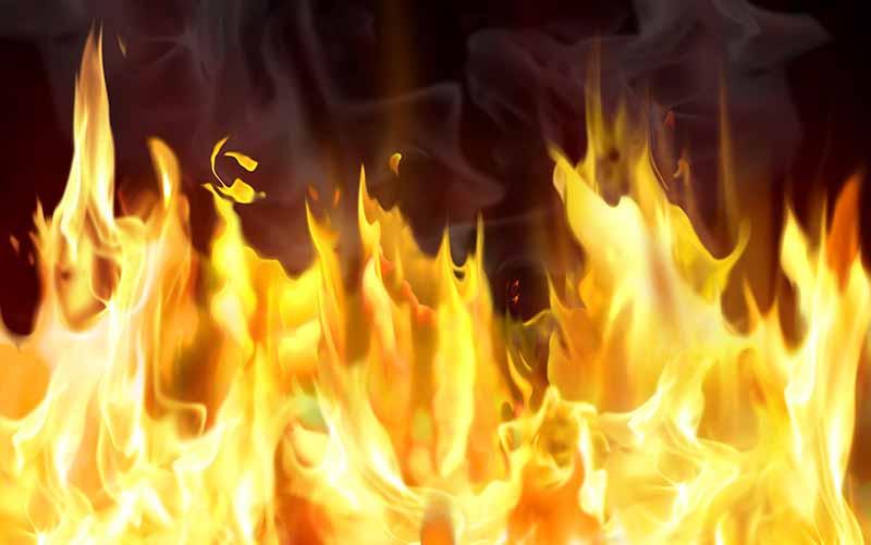 آتش سوزی یک واحد تجاری در نیمه های شب