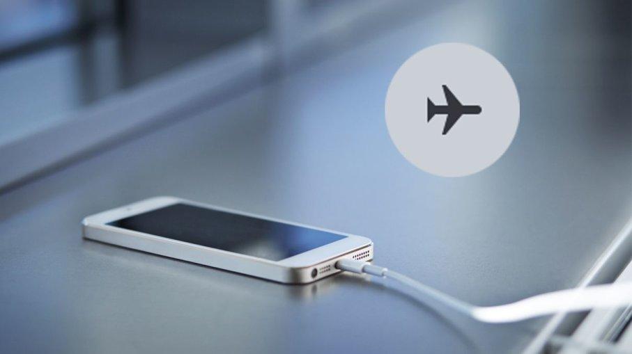 چرا باید گوشی در هواپیما روی حالت پرواز قرار گیرد؟