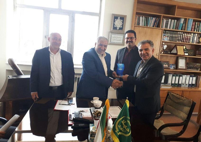 تجلیل اعضای هئیت مدیره شرکت دانش بنیان ایمن الکترونیک با اهدای تندیس به رئیس سازمان جهادکشاورزی آذربایجان غربی