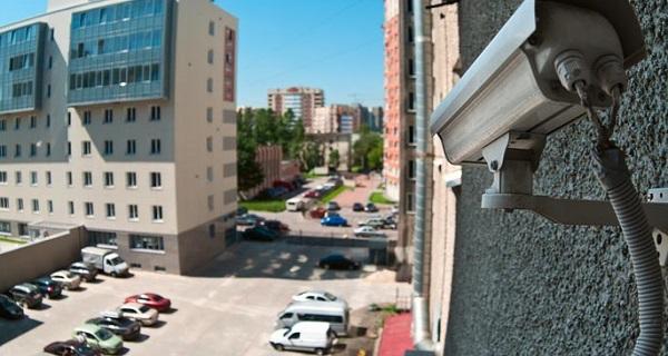 دوربین امنیتی نصب شده در سایه برای جلوگیری از برخورد نور مستقیم و آسیب دیدگی آن