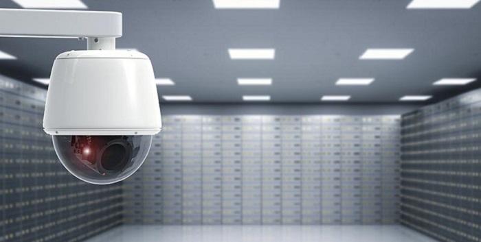 تصویر نصب دوربین مداربسته برای مقابله با عبور هر مورد غیر مجاز و تهدید های سارقان در بانک