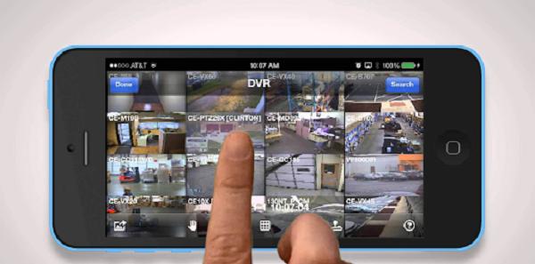 یک تلفن همراه که از راه دور در حال کنترل دوربین های امنیتی می باشد
