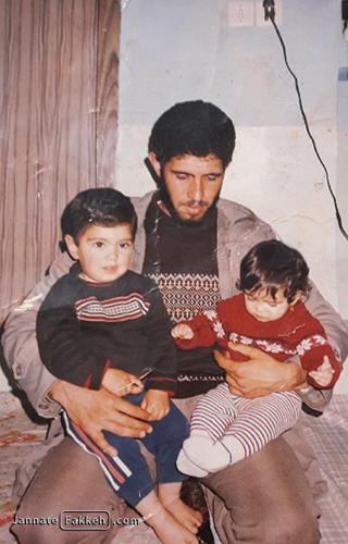 کودکی شهید اکبر زوارجنتی در آغوش پدر
