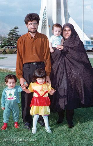 مرحوم شیرمرد میرعالی در کنار خانواده