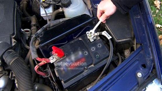 تعویض کردن باتری خودرو