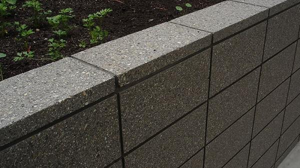دیوار بتنی که از پوکه ساخته شده است